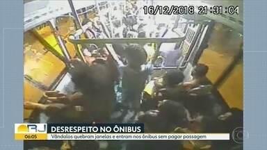 Vandalos depredam ônibus e viajam sem pagar passagem - Passageiros entram em ônibus sem pagar a passagem e quebram o transporte.