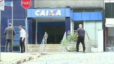 Um PM morreu e 4 ficaram feridos durante um ataque a agências bancárias em Atibaia, SP - Criminosos explodiram os caixas eletrônicos. Ninguém foi preso
