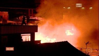 Polícia tenta identificar ladrões que levaram pertences das vítimas do incêndio em Manaus - A polícia também investiga o que provocou o incêndio.