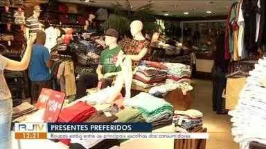 Presentes de Natal: roupas estão entre as principais escolhas dos consumidores - Segundo pesquisas, os consumidores devem comprar, em média, entre 4 e 5 presentes, gastando um valor médio de R$ 115 reais.