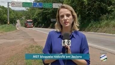 Trabalhadores do MST bloqueiam rodovia entre Jaciara e Rondonópolis - Trabalhadores do MST bloqueiam rodovia entre Jaciara e Rondonópolis.