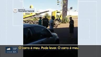 Homem quebra próprio carro na Epia Sul - O motorista bateu na lataria e destruiu o carro ao saber que o veículo ia ser apreendido. Só de multas, ele devia R$ 25 mil. O homem e um amigo, que ajudou, foram presos.
