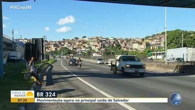 Viagens de Natal: veja como está o movimento na BR-324 - Confira a movimentação na principal saída de Salvador.
