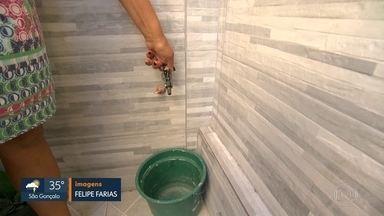 O calor aumenta e o abastecimento de água diminui - Está faltando água em vários bairros do Rio. Em outros, a água está vazando de canos