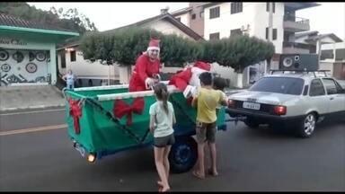 Papai Noel encanta a população em Três Arroios - Crianças recebem doces do Bom Velhinho.