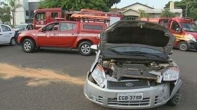 Carro capota após acidente na Alameda Dr. Octávio Pinheiro Brizolla em Bauru - Veículo não vê placa de pare e bate. Vítima é encaminhada ao Pronto-Socorro Central com ferimentos no braço.