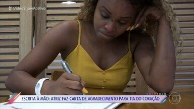 Roberta Rodrigues expressa gratidão à mulher que a ajudou na infância - O 'Vídeo Show' propõe uma reflexão na época de natal e pede que o elenco escreva uma carta de agradecimento a alguém especial