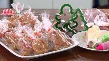 Biscoitos são ótimas lembrancinhas para adoçar o Natal - A receita é simples e as crianças podem ajudar no preparo e na decoração.