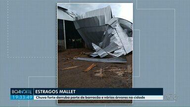 Chuva forte deixa estragos no município de Mallet - O barracão de uma serraria desabou por conta dos ventos fortes, no começo da tarde desta sexta-feira (21).
