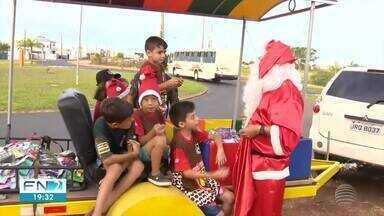 Grupo de jipeiros faz entrega de presentes na região de Presidente Prudente - Brinquedos são arrecadados e distribuídos para crianças.