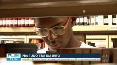 Morador de Barra Mansa escreve livro usando o bloco de notas do celular - Mesmo sem ter um computador, ele não desistiu do sonho.