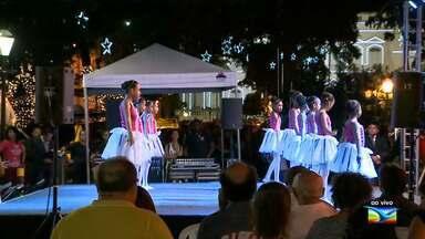 Crianças fazem show natalino na Praça Pedro II, em São Luís - Ao vivo, a repórter Laís Rocha mostrou um pouco do espetáculo.