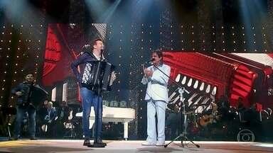 """Roberto Carlos e Michel Teló cantam """"Humilde Residência"""" - Música é um dos clássicos do repertório de Teló"""