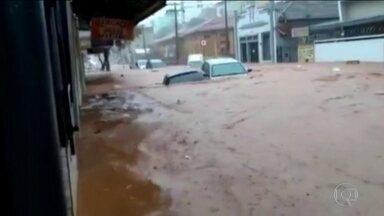 Chuva forte alaga ruas de Juiz de Fora (MG) - Uma pessoa está desaparecida.