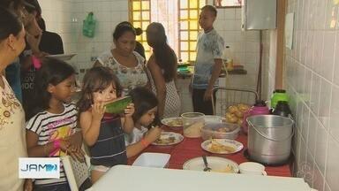 Voluntários fazem ceia de Natal para famílias vítimas de incêndio em Manaus - Incêndio no Educandos deixou quase 600 famílias desabrigadas.
