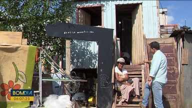 Catadora de recicláveis que foi atropelada dá exemplo de solidariedade - Ela dividiu doações com os vizinhos.