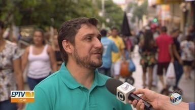 Procon orienta consumidores durante a troca de presentes de Natal em Ribeirão Preto - Nesta quarta-feira (26), muitas pessoas foram às lojas para trocar produtos.