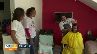 Capacitação transforma vidas de mulheres que foram vítimas de violência doméstica - Curso de formação em cabeleireira gratuito foi ofertado em Olinda para 16 mulheres, para empoderá-las a conquistar a independência financeira.