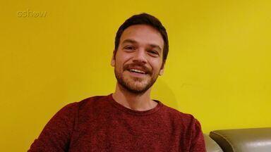 Emilio Dantas faz um balanço de 2018 e conta planos para 2019 - O ator conta que vai passar o Réveillon em casa e vai fazer uma peça em São Paulo