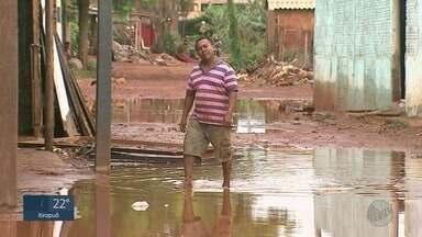 Moradores tentam reparar danos após alagamentos em comunidades de Ribeirão Preto - Prefeitura ofereceu Parque Permanente de Exposições de abrigo às vítimas, mas famílias preferiram permanecer em imóveis de área invadida.