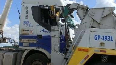 Acidente entre guincho e caminhão interdita alça da Rondon em Bauru - Um acidente entre um guincho e um caminhão deixou uma alça de acesso da Rodovia Marechal Rondon interditada na tarde desta quarta-feira (26), em Bauru. Um caminhão carregado com combustível quebrou e precisou acionar a concessionária, mas no resgate um dos equipamentos quebrou e o caminhão bateu no guincho. O trecho já foi liberado.