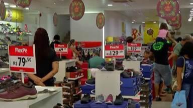 Comércio do Alto Tietê tem movimento intenso para troca de presentes - Muitas vezes, junto com a troca, vem uma nova compra.