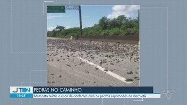 Motoristas são surpreendidos com pedras em rodovia - Foto enviada por telespectador mostra acesso pela Anchieta com várias pedras