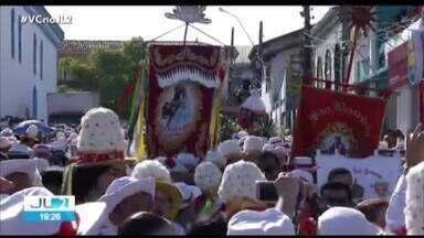 Homenagem a São Benedito reúne cerca de 200 mil pessoas em Bragança, no Pará - As marujas e marujos vestiram roupas especiais nas cores vermelho e branco para saudar o padroeiro da cidade.