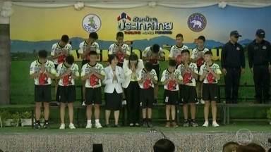 """Mundo acompanhou o resgate de meninos presos em caverna na Tailândia - Entre vigílias e transmissões de TV, 12 meninos e o técnico do time """"Javalis Selvagens"""" foram resgatados após mais de 400 horas presos dentro de uma caverna."""