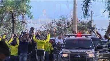 Motoqueiros recepcionam Jair Bolsonaro na chegada à residência da Granja do Torto - A mudança para o Palácio da Alvorada está prevista para o dia primeiro, logo depois da cerimônia de posse.