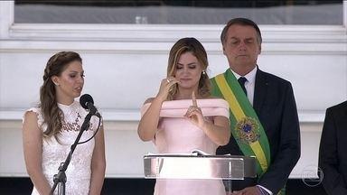 Primeira-dama Michelle Bolsonaro discursa em Libras durante cerimônia de posse - Essa foi a primeira vez que uma primeira-dama discursou durante a cerimônia de posse de um presidente da República. Michelle Bolsonaro disse vai trabalhar em defesa das pessoas com deficiência. Ela foi um dos destaques da posse.