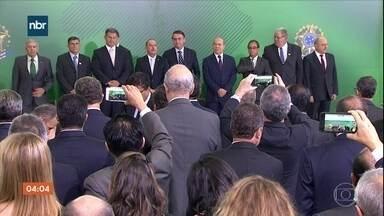 Presidente Jair Bolsonaro tem dia dedicado à troca de comando nos gabinetes - A quarta-feira (2) também foi de conversa com representantes de outros países.