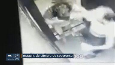 Mulher espancada pelo marido em Valparaíso (GO) presta depoimento na delegacia - O agressor ainda não se apresentou à delegacia. Ele deverá ser indiciado por lesão corporal. Câmeras do prédio registraram o momento da agressão.