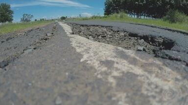 Motoristas reclamam de más condições de rodovia na região de Fernandópolis - Motoristas que trafegam pela Rodovia Percy Waldir Semeguini, que liga Fernandópolis (SP) ao estado de Minas Gerais, estão reclamando das más condições do asfalto.