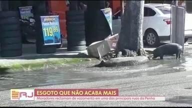 Moradores da Penha reclamam de um vazamento de esgoto - O vazamento está em uma das principais ruas do bairro.