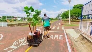 Enfermeiro se dedica ao plantio de árvores e ajuda o meio ambiente - Um enfermeiro tem se dedicado ao plantio de árvores. A ajuda ao meio ambiente exige dele um trabalho diário de acompanhamento das plantas.
