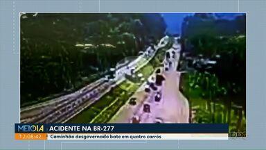 Câmera flagra caminhão atravessando a pista na BR-277 - Quatro carros foram atingidos
