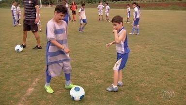 Garotos driblam a paralisia infantil com a paixão pelo futebol - Esporte ajuda meninos em escolinha em Aparecida de Goiânia
