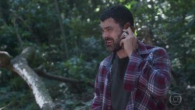 Rafael consegue chamar a polícia - Ainda na mata, Rafael registra o sequestro de Gabriela. Ele liga para Paulo mente sobre o perigo que a namorada corre. Fábio ataca o diretor da ONG