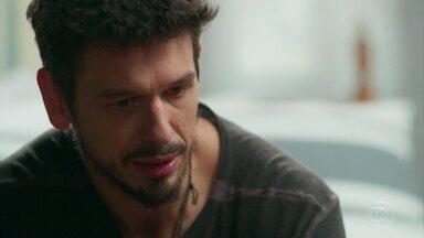 Alain mostra para Bola as páginas do diário que Isabel lhe deu - Ele conta ainda que Cris acha que é a reencarnação de Julia Castelo e que se apaixonou por Danilo