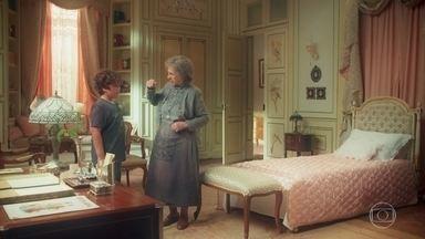 A Guardiã leva Jadson até o quarto de Julia - Jadson a corrige quando ela o chama de Henrique