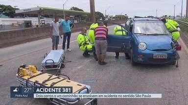Dois carros e um caminhão se envolvem em acidente na rodovia Fernão Dias, na Grande BH - A batida aconteceu na altura de Betim. O motorista e o passageiro de um dos carros se feriram.