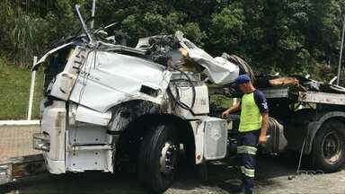 Oito pessoas ficam feridas em acidente na BR-376 - Acidente foi na região metropolitana de Curitiba e envolveu 15 veículos.