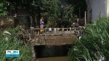 Moradores enfrentam transtorno e muita sujeira após chuva em Teresópolis, no RJ - Choveu 63 milímetros em uma hora.