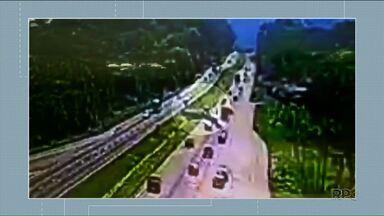 Caminhoneiro que bateu em quatro carros na BR 277 presta depoimento - Um homem morreu no acidente. Entre os nove feridos está a filha dele, de dois anos.