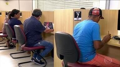 Brasileiros aproveitam primeiros dias úteis do ano para voltar a procurar trabalho - Taxa média de desemprego no país está em 11,6%. São mais de 12 milhões de pessoas sem ocupação.