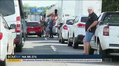 Oito pessoas ficam feridas em acidente na BR-376 - Quinze veículos se envolveram na batida.