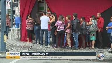 Consumidores formam filas em lojas de departamentos por descontos - Consumidores formam filas em lojas de departamentos por descontos