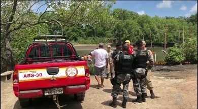 Bombeiros retomam buscas por corpo de jovem que morreu afogado em rio da PB - Pescador ainda tentou socorrer o jovem quando ele se desequilibrou, mas não conseguiu.