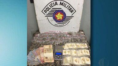 Suspeitos de tráfico de drogas são presos em Suzano - A Polícia Militar prendeu um homem e uma mulher no bairro Miguel Badra. Os suspeitos foram levados para a delegacia de Suzano.